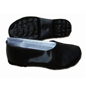 Liukuestekalossi, joka pitää hyvin liukkaalla pohjallaja jota ei tarvitse riisua sisätiloissa. suojaa myös kenkiä lumelta ja vedeltä.