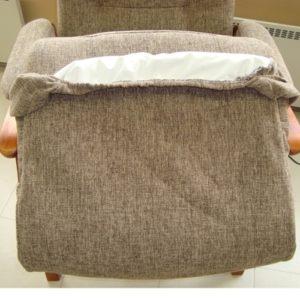 Istuinsuoja Pikku-Kippis tuoliin, samaa kangasta kuin tuoli, inkontinenssipäällisellä.