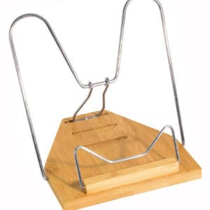 Pieni Bambu-lukuteline on kevyt ja kuitenkin tukeva. Sopii käytettäväksi kirjoille, esitteille ja nuoteille. Nikkelipintainen metallipidike. Kolme kallistuskulmaa.