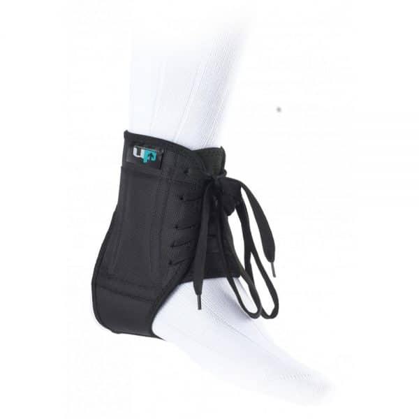 Jalkapalloilijan nilkkatuki - Istuva nilkkatuki, erityisesti jalkapallokengän kanssa käytettäväksi suunniteltu - Ohuet sivut mahdollistavat käytön nilkkasuojien kanssa - Sisäänrakennetut metalliliuskat antavat maksimaalisen sivuttaistuen nilkalle - Käytetään sukan päällä Tukitaso 3 (1 kevyt - 4 vahva)
