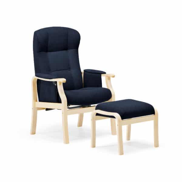 Seniorin nojatuoli Kippis, nopea toimituksen valikoima, kanha´gas sininen ja runko lakattu koivu. Mukava istua, helppo nousta ylös pitkien käsinojien ansiosta, mekaanisesti kallistettava selkänoja.