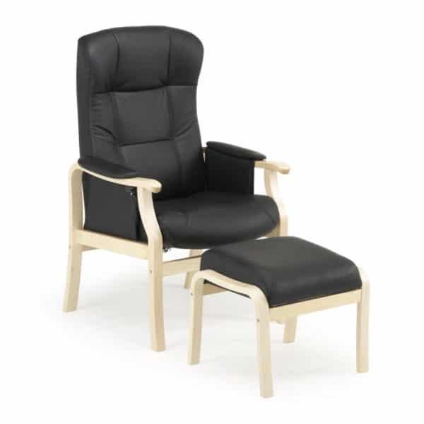 Nojatuoli Kippis seniorille nopealla toimituksella, nahkakangas on musta ja puun väri on koivu. Monen mielestä paras seniorituoli - kaunis ja toimiva.