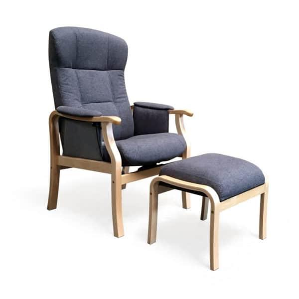 Nojatuoli Kippis seniorille nopealla toimitusajalla, kankaan väri on vaalea harmaa grafiitti ja puun väri on koivu. Suosituin seniorituoli - kaunis ja toimiva.