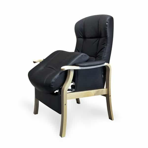 Kippis nahkainen nousuaputuoli on tukeva nojatuoli, väri musta, koivurunko