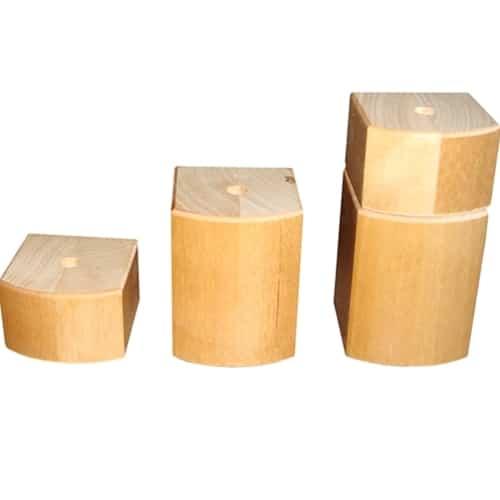 Karoliina-tuoli on korkea puutuoli, jonka istuin ja selkä ovat kiinteästi verhoiltuja. Toimitukseen kuuluu jalkojen korotuspalat, joilla istuinkorkeus saadaan isommaksi. Ylös nousemista helpottavat kiinteät käsinojat. Tuolin rakenne on suunniteltu mm. lonkkavaivoista kärsivien istumista helpottamaan. Korkea mitoitus tekee Karoliinasta sopivan myös pitkille ihmiselle. Reumatuoli Karoliina on valmistettu massiivista koivusta ja sitä toimitetaan kahdessa värissä. Valmistetaan EU:n alueella.