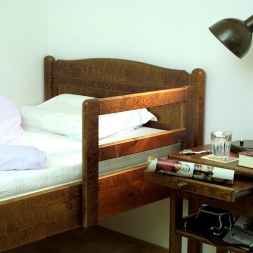 Nousutuki Kaino on tukena vuoteesta noustessa ja vuoteeseen laskeuduttaessa. Ennen lopullista kiinnitystä kokeile oikea etäisyys sängyn päädystä, että nousutuki antaisi parhaan mahdollisen tuen ylös noustessa.