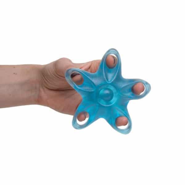 Sormien ja kämmenen lihasten vahvistamiseen tarkoitettu apuväline, Meritähti sormien vahvistaja, vahvuudeltaan vahva, väri sininen, käyttökuva, jossa näkyy oikea harjoitusote eli venyttele ja purista
