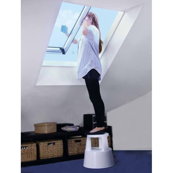 Muovinen turvajakkara joka pysyy hyvin paikallaan kun sen päälle astutaan. Kätevä nousjakkara on hyvä apu vaikka ikkunoita pestäessä tai yläkaappeeihin kurotettaessa.
