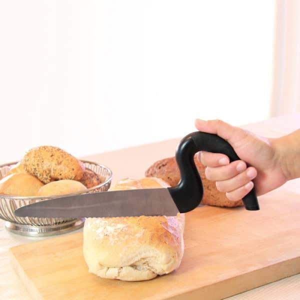 Leipäveitsi, jossa muotoiltu pysty kädensija, helpottaa leikkaamista.