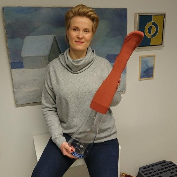 Ettonet apuvälinemyymälän henkilökunta, fysioterapeutti Katja Kinnunen, kompressiotuotteiden asiantuntija