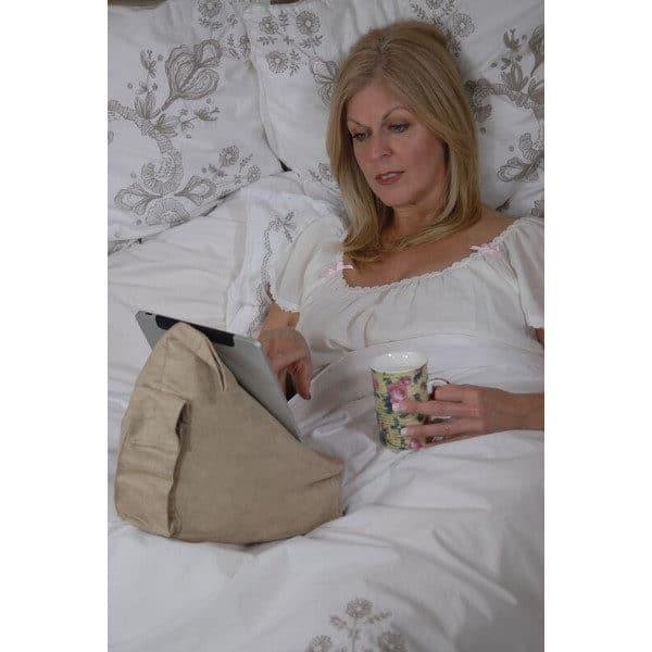 Kirjatyyny, kirjatuki, paditeline Bookseat. Käyttökuvassa nainen katoss ipadia vuoteessa ja juo kahvia