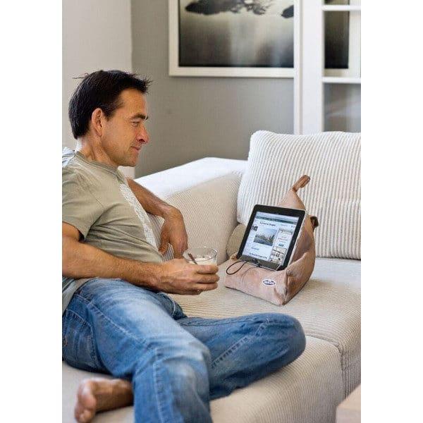 Kirjatyyny, kirjatuki, paditeline, Bookseat. Käyttökuvassa mies käyttää ipadiä lokoisasti sohvalla