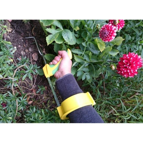 Easi-Grip puutarhatyokalujen käsivarsituki Easi-Grip PGT-AS liitettynä istutusharaan. Sopii lisävarusteen kaikkkiin Easi-Grip puutarhatyökaluihin. Lisää voimaa heikoista käsivoimista kärsiville. Käyttökuva.