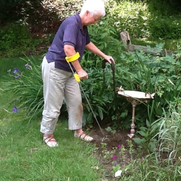 Puutarhanhoitoa seisten. Kätevien Easi-Grip puutarhatyökalujen ansiosta puutarhatyöt sujuvat heikkovoimaisenakin.