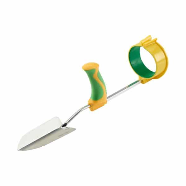 Easi-Grip puutarhatyokalujen käsivarsituki Easi-Grip PGT-AS liitettynä istutuslapioon. Sopii lisävarusteen kaikkkiin Easi-Grip puutarhatyökaluihin. Lisää voimaa heikoista käsivoimista kärsiville.