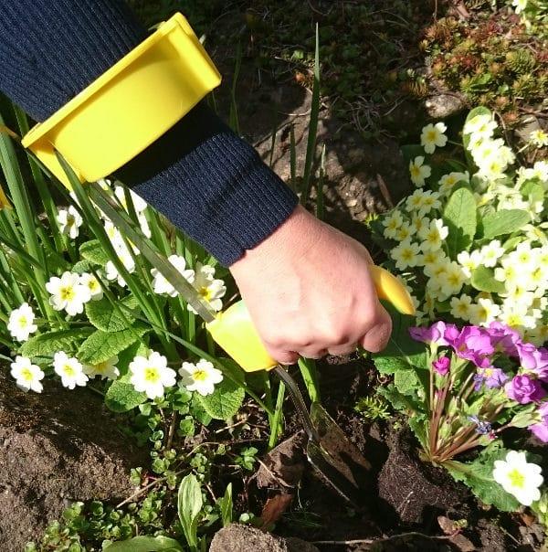 Easi-Grip puutarhatyokalujen käsivarsituki Easi-Grip PGT-AS liitettynä istutuslapioon. Sopii lisävarusteen kaikkkiin Easi-Grip puutarhatyökaluihin. Lisää voimaa heikoista käsivoimista kärsiville. Käyttökuva.