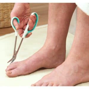 Kynsisakset pitkävartiset varpaille easi-grip PTC-3 kayttokuva. Leikkaa varpaiden kynsiä, kun kumartuminen on vaikeaa ja tavallisilla saksilla on hankala leikata.
