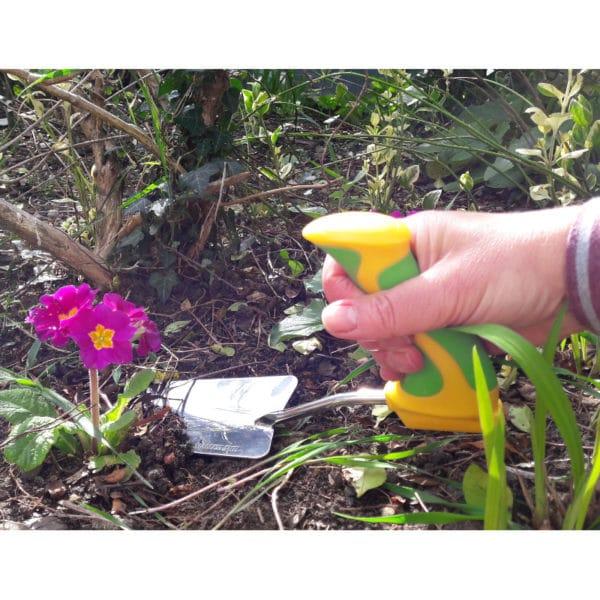 Kätevä istutuslapio ergonominen Easi-Grip PGT2-T ei rasita rannetta puutarhassa työskennellessä. Käyttökuva.