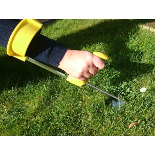 Easi-Grip puutarhatyokalujen käsivarsituki Easi-Grip PGT-AS liitettynä rikkaruohon kitkemistyökaluun. Sopii lisävarusteen kaikkkiin Easi-Grip puutarhatyökaluihin. Lisää voimaa heikoista käsivoimista kärsiville. Käyttökuva.