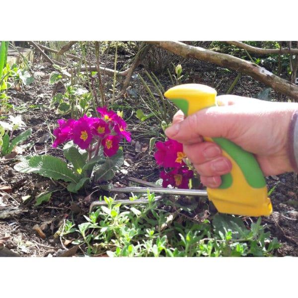 Kätevä istutushara ergonominen Easi-Grip PGT2-C ei rasita rannetta puutarhassa työskennellessä. Käyttökuva.