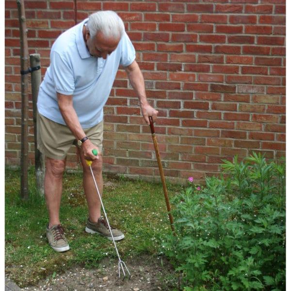 Puutarhanhoitoa kykkimättä. Kätevä istutushara pitkävartinen ergonominen Easi-Grip PLR-C ei rasita rannetta e puutarhassa työskennellessä.