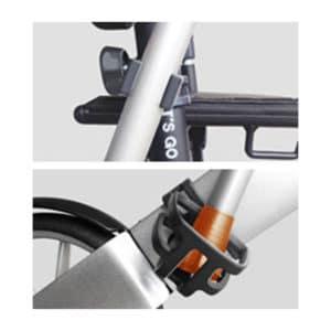 Kaksi osaa, kävelykepin pidike asennetaan painamalla se rollaattorin rungon yläosaan ja kuppi, johon kävelykepin pää tulee, painetaan kiinni rollaattorin rungon alaosaan.