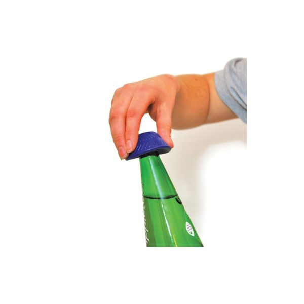 Avaajahattu pieni auttaa avaamaan pullonkorkit