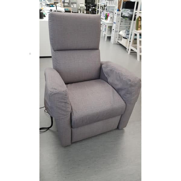 Nousuaputuoli Tessa, kaukosäätimellä istuimen nostava tuoli, saa myös makuuasentoon.
