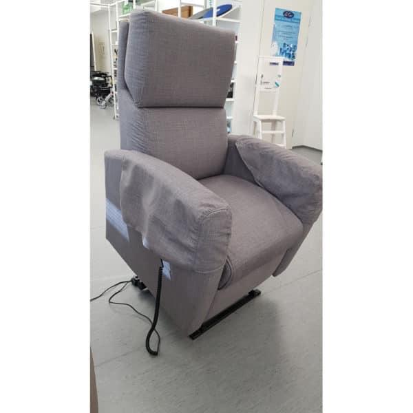 Nousuaputuoli Tessa nostaa kaukosäätimellä istuimen ylös.