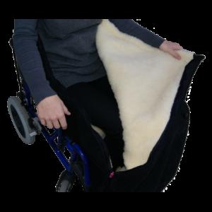 Lämpöpussi pyörätuoliin. Pehmeäkarvavuori, päällinen säänkestävää materiaalia.