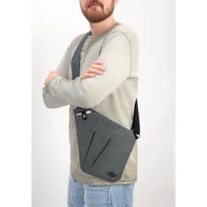 Olkalaukku Sling Bag College litteä on kätevä yli olan menevä olkalaukku, jossa tärkeät tavarat pysyvät turvallisesti lähellä vartaloa.