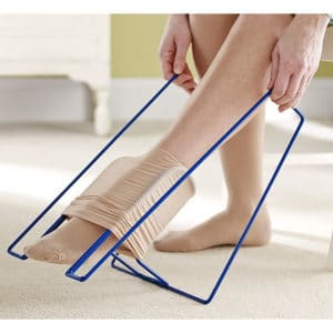 Sukanvetolaite Ezy-on pitkä malli tukisukkien pukemisen avuksi. Sukka pujotetaan keskellä olevaankehikkoon ja vedetään jalkaan sivuilla olevista kahvoista.